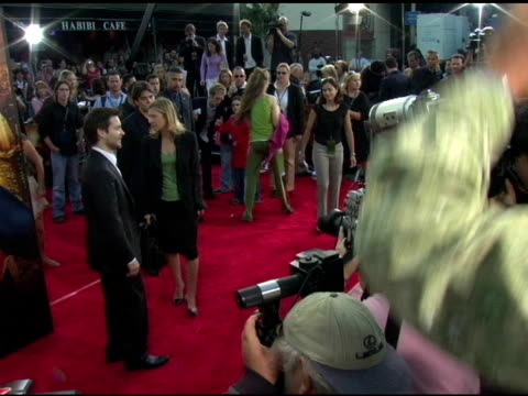 tobey maguire at the 'spiderman 2' los angeles premiere arrivals at the mann village theatre in westwood california on june 22 2004 - tobey maguire stock-videos und b-roll-filmmaterial