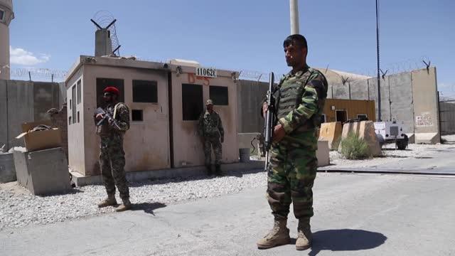 todas las tropas de estados unidos y de la otan abandonaron la base aérea de bagram, la mayor de afganistán, que fue restituida al ejército afgano,... - bagram stock videos & royalty-free footage