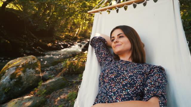 vídeos de stock, filmes e b-roll de hoje é sobre relaxamento. - rede de dormir
