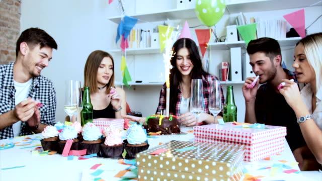 stockvideo's en b-roll-footage met vandaag is uw dag - verjaardagskado