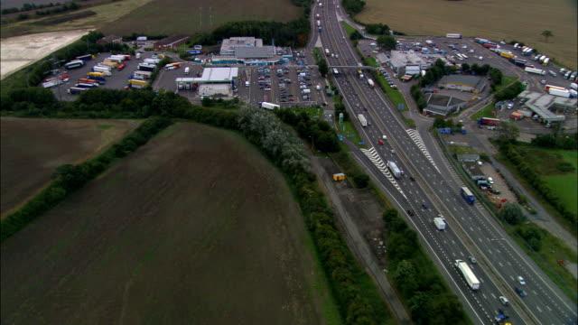 vídeos de stock e filmes b-roll de toddington serviços o m1-vista aérea-inglaterra, oldham, saddleworth, reino unido - posto de gasolina