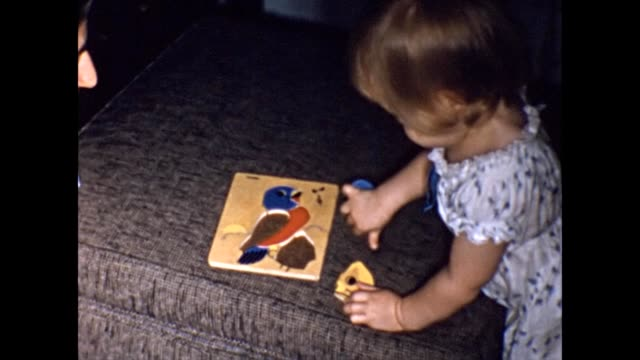 vídeos y material grabado en eventos de stock de 1955 toddler and mom playing with toys - puzzle