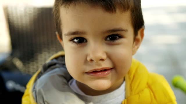 Toddler pojke tugga mat