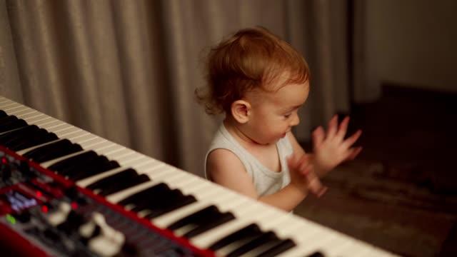 småbarn pojke klappande händer - endast en pojkbaby bildbanksvideor och videomaterial från bakom kulisserna