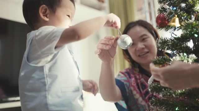 クリスマスツリーを飾る幼児の少年 - 甥点の映像素材/bロール