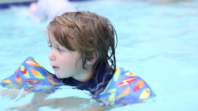 toddler boy in pool - piscina pubblica all'aperto video stock e b–roll