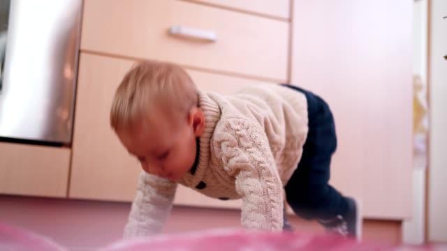 vidéos et rushes de garçon enfant en bas âge, essayer de faire les premiers pas - premiers pas
