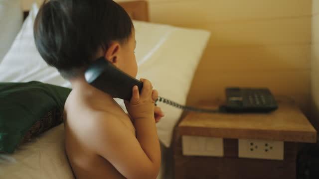 電話を使用して幼児の少年 - 受話器点の映像素材/bロール