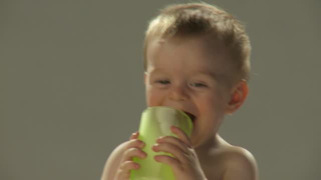 hd: toddler drinking - endast en pojkbaby bildbanksvideor och videomaterial från bakom kulisserna