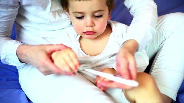 vídeos y material grabado en eventos de stock de niño comiendo - sólo niños bebés