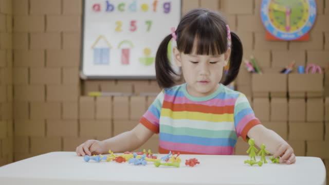 vidéos et rushes de enfant en bas âge enfant en bas âge d'apprentissage de comptage et de mathématiques pour homeschooling - seulement des petites filles