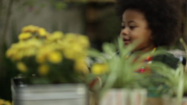 vídeos de stock, filmes e b-roll de toddler girl playing in garden - colar