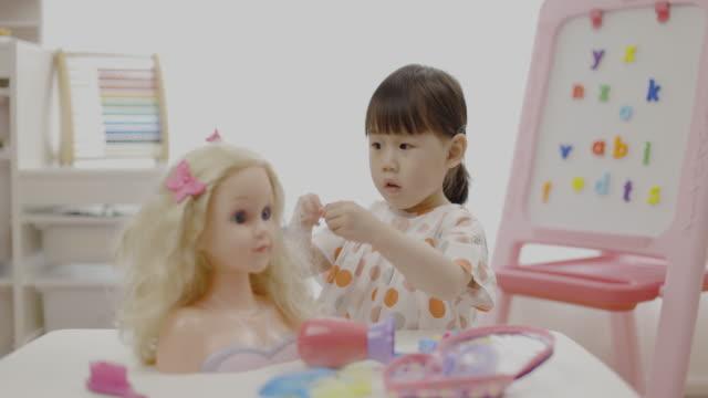 toddler girl pretend play hair styling for homeschooling - attrezzi da lavoro video stock e b–roll