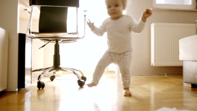 stockvideo's en b-roll-footage met kleuter meisje - 1 minute or greater