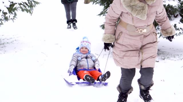 冬の日に祖母と母で楽しんで幼児 - 祖母点の映像素材/bロール