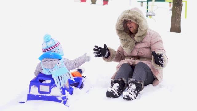 冬の日に祖母を楽しんで幼児 - 祖母点の映像素材/bロール