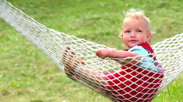 vídeos de stock, filmes e b-roll de hd câmera lenta: bebê em uma rede - só um bebê menino