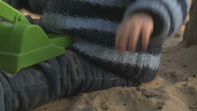 vidéos et rushes de toddler on playground with a toy - vêtement de bébé