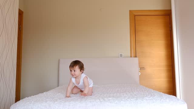 vídeos de stock e filmes b-roll de toddler playing in bed - só um bebé menino