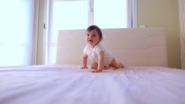 ベッドで遊ぶ幼児 - 男の赤ちゃん一人点の映像素材/bロール