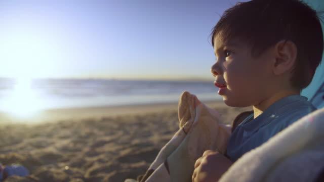vidéos et rushes de bambin fait remarquer à l'océan - en cas