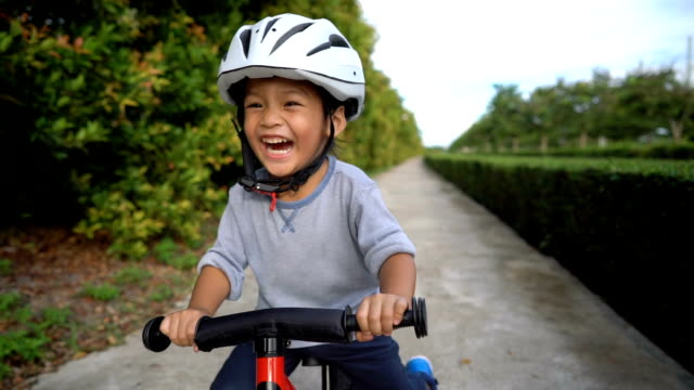 vídeos de stock e filmes b-roll de slo mo toddler riding balance bike. - east asian ethnicity