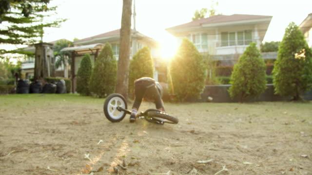 vídeos y material grabado en eventos de stock de bici del balance del montar a caballo del niño. - equilibrio