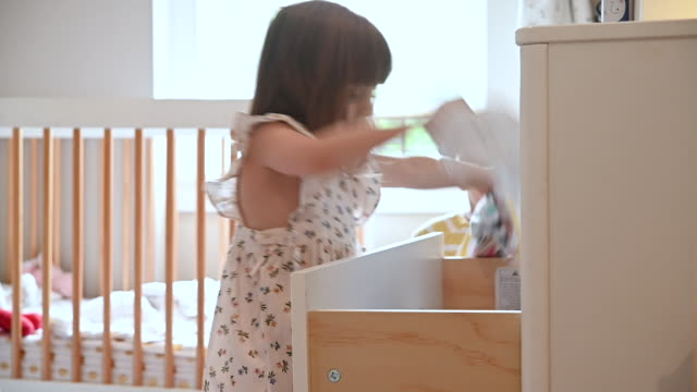 vídeos de stock, filmes e b-roll de toddler sisters throwing clothes from drawer onto bedroom floor - 4 5 anos