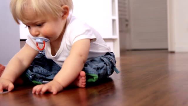 vídeos de stock e filmes b-roll de criança pequena sentada. hd - só um bebé menino