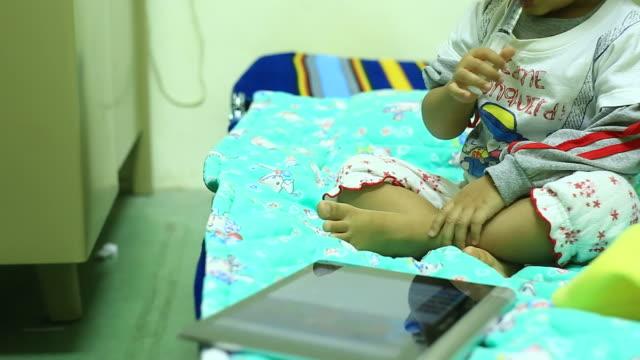 vídeos y material grabado en eventos de stock de toma un medicamento para niños - nativo digital