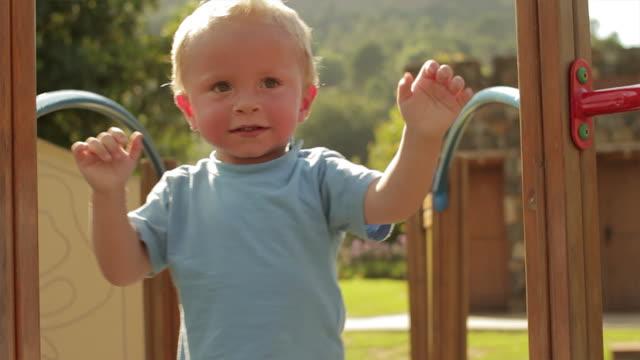 vídeos de stock e filmes b-roll de toddler walking on play structure/benhavis, marbella region, spain - só um bebé menino