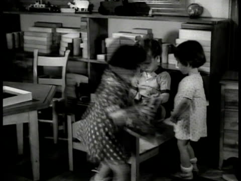 vidéos et rushes de toddlers children nurses eating in dining room. children playing playroom. vs foster children eating dinner in homes. vs african-american family w/... - famille d'accueil