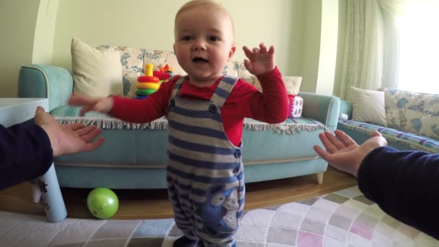 pov: toddler's first steps - primi passi video stock e b–roll