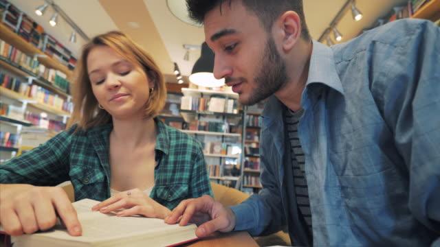 vídeos y material grabado en eventos de stock de ¡aprender junto es mucho más fácil! - estudiante de bachillerato chica