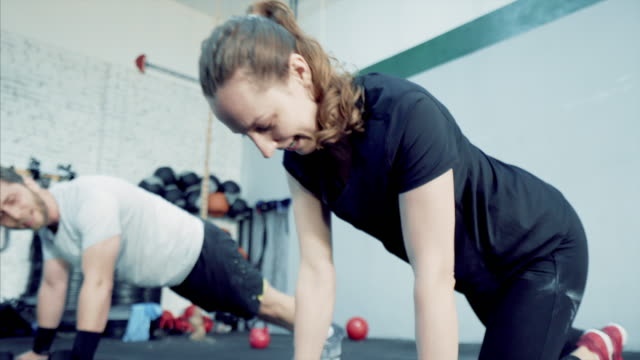vídeos de stock, filmes e b-roll de juntos podemos fazer qualquer coisa. - instrutor de fitness