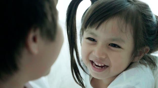 vídeos y material grabado en eventos de stock de unión: niña asiática escuchando y hablando con su hermano con emoción positiva - full hd format