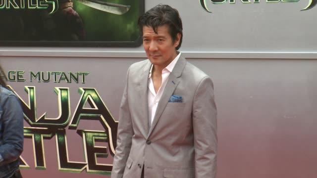 "tohoru masamune at the ""teenage mutant ninja turtles"" los angeles premiere at regency village theatre on august 03, 2014 in westwood, california. - ミュータント・タートルズ点の映像素材/bロール"