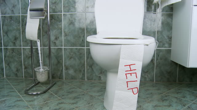 vidéos et rushes de hd dolly: toilettes douleurs digestives - incontinence