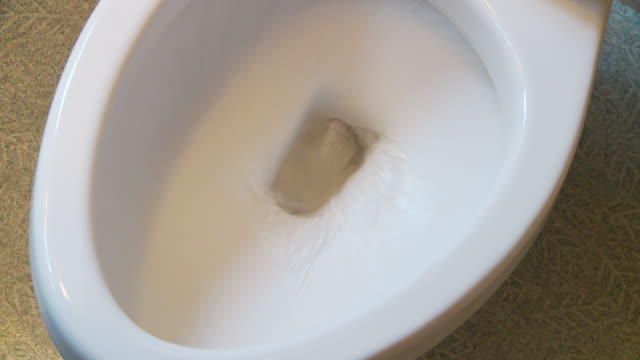 vídeos de stock e filmes b-roll de toilet flushing - casa de banho
