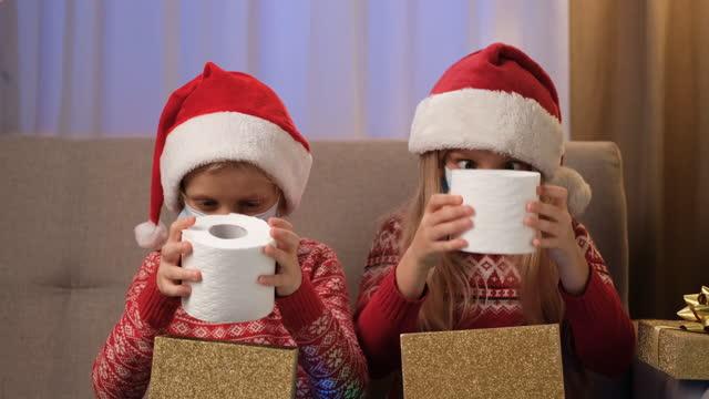 toilettenpapier weihnachtsgeschenk - weihnachtsmann stock-videos und b-roll-filmmaterial