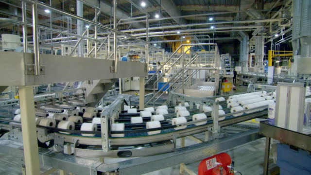 toilet paper on production line in factory - 製造用機械点の映像素材/bロール