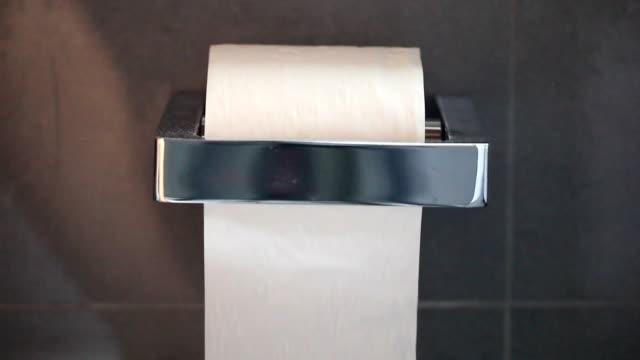vídeos y material grabado en eventos de stock de papel higiénico (múltiples tomas con audio de alta calidad) - cuarto de baño