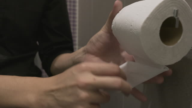 stockvideo's en b-roll-footage met wc-papier - domestic bathroom