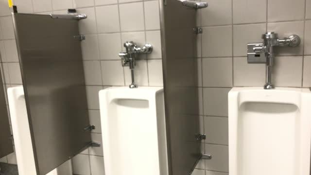 toilet set up separation screen at costco wholesale warehouse in america amid 2020 global coronavirus covid-19 pandemic crisis - 小便器点の映像素材/bロール