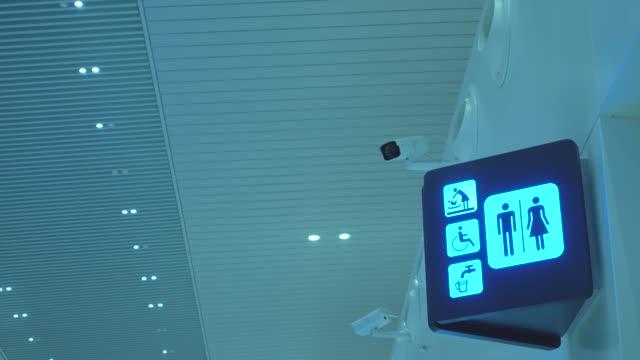 空港内のトイレサイン - お手洗い点の映像素材/bロール