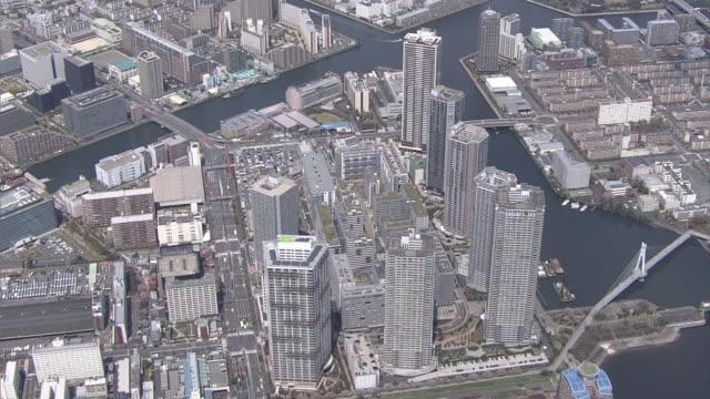 aerial, tokyo bay area with high-rises, koto, tokyo - 飛行機の視点点の映像素材/bロール