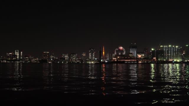 夕暮れ時、東京都港区東京タワー東京湾
