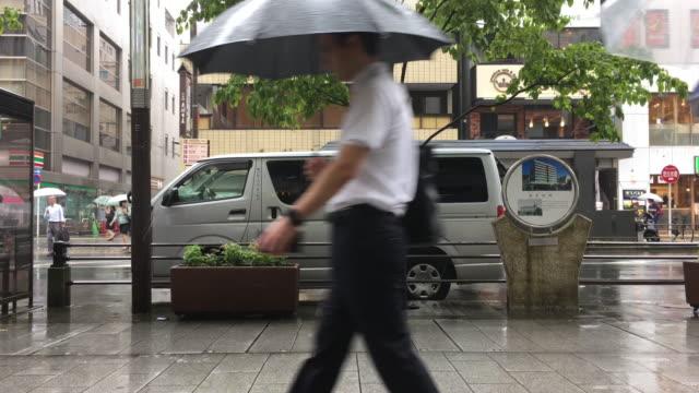 tokyo business people walking by - 固定撮影点の映像素材/bロール