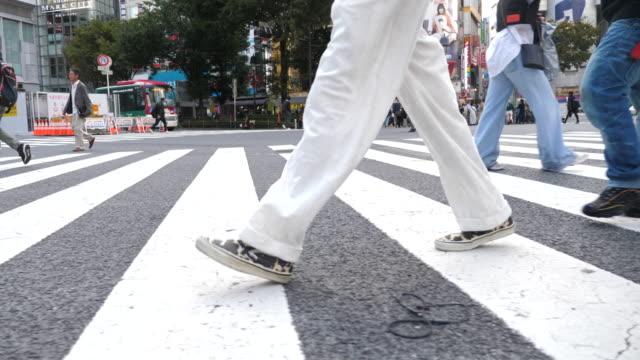 tokyo city e pedoni affollati a piedi - segnale per macchine e pedoni video stock e b–roll