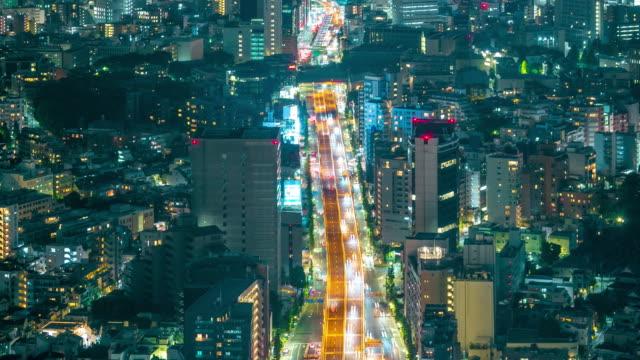 vídeos de stock, filmes e b-roll de cidade de tóquio fecha rodovia no lapso de tempo de noite - inclinando se